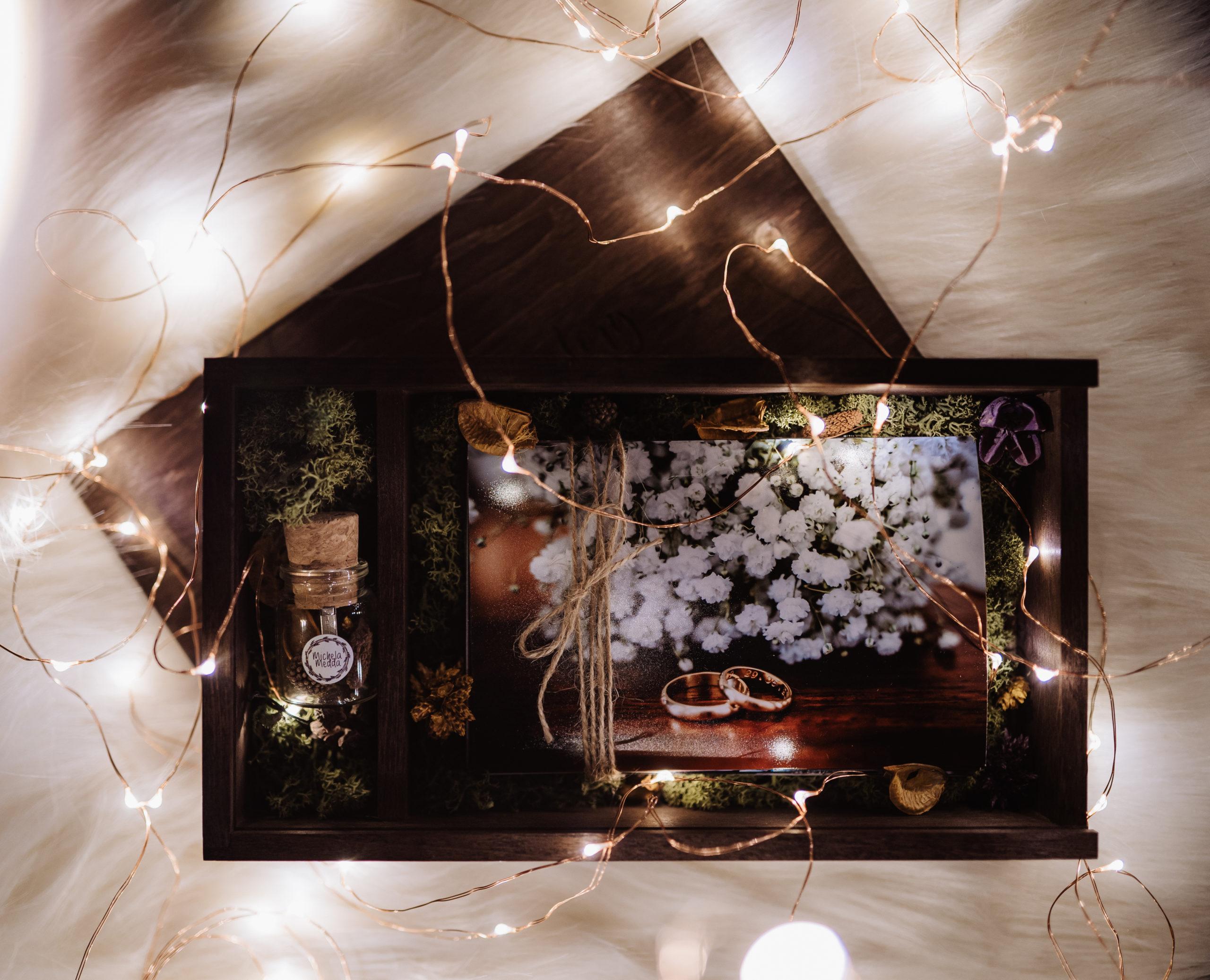 Scatola in legno contenente le foto del matrimonio
